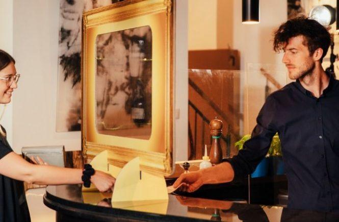 Gastronomie setzt zum Schutz ihrer Gäste auf innovative Wellpappe-Trennwände - Schumacher Packaging