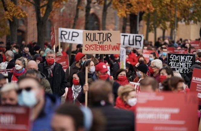 Tausende Menschen aus der Veranstaltungsbranche demonstrieren in Berlin